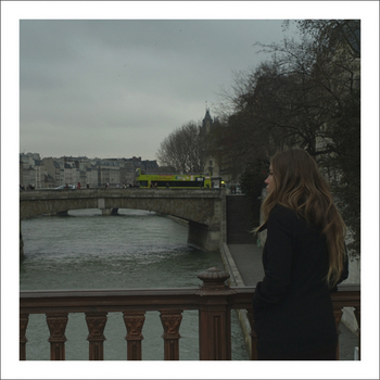 橋と女性.jpg