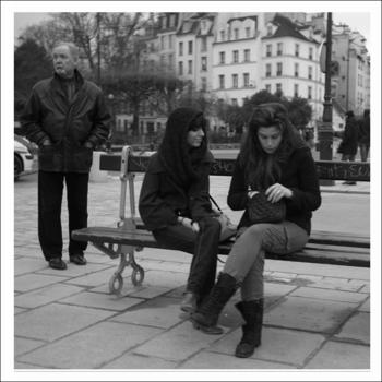 女性とベンチ.jpg